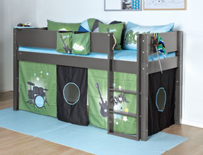 jungen kinderzimmer mit hochbett und schrank kids town boys. Black Bedroom Furniture Sets. Home Design Ideas