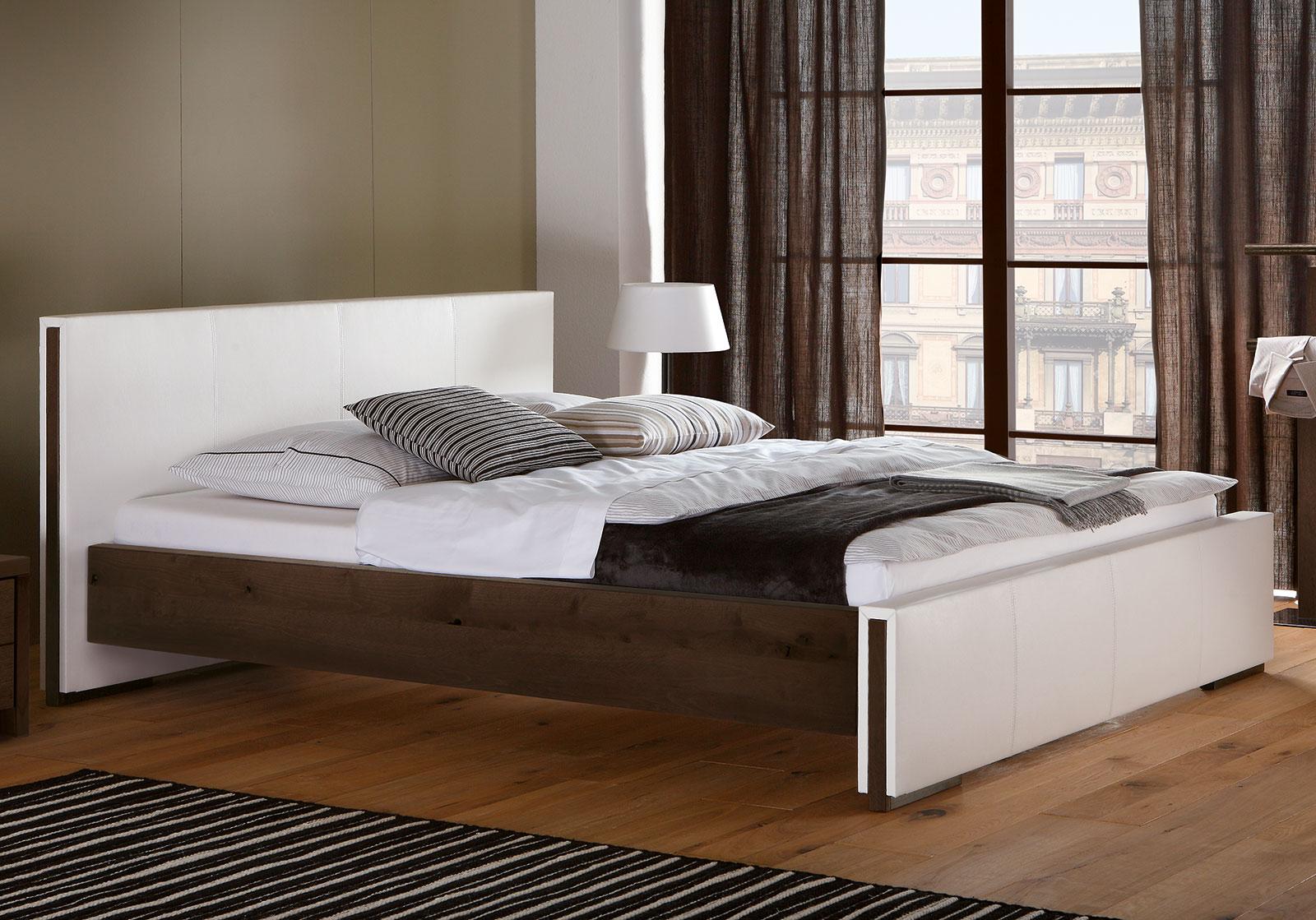 bett aus wildbuche massivholz mit luxus kunstleder amadora. Black Bedroom Furniture Sets. Home Design Ideas