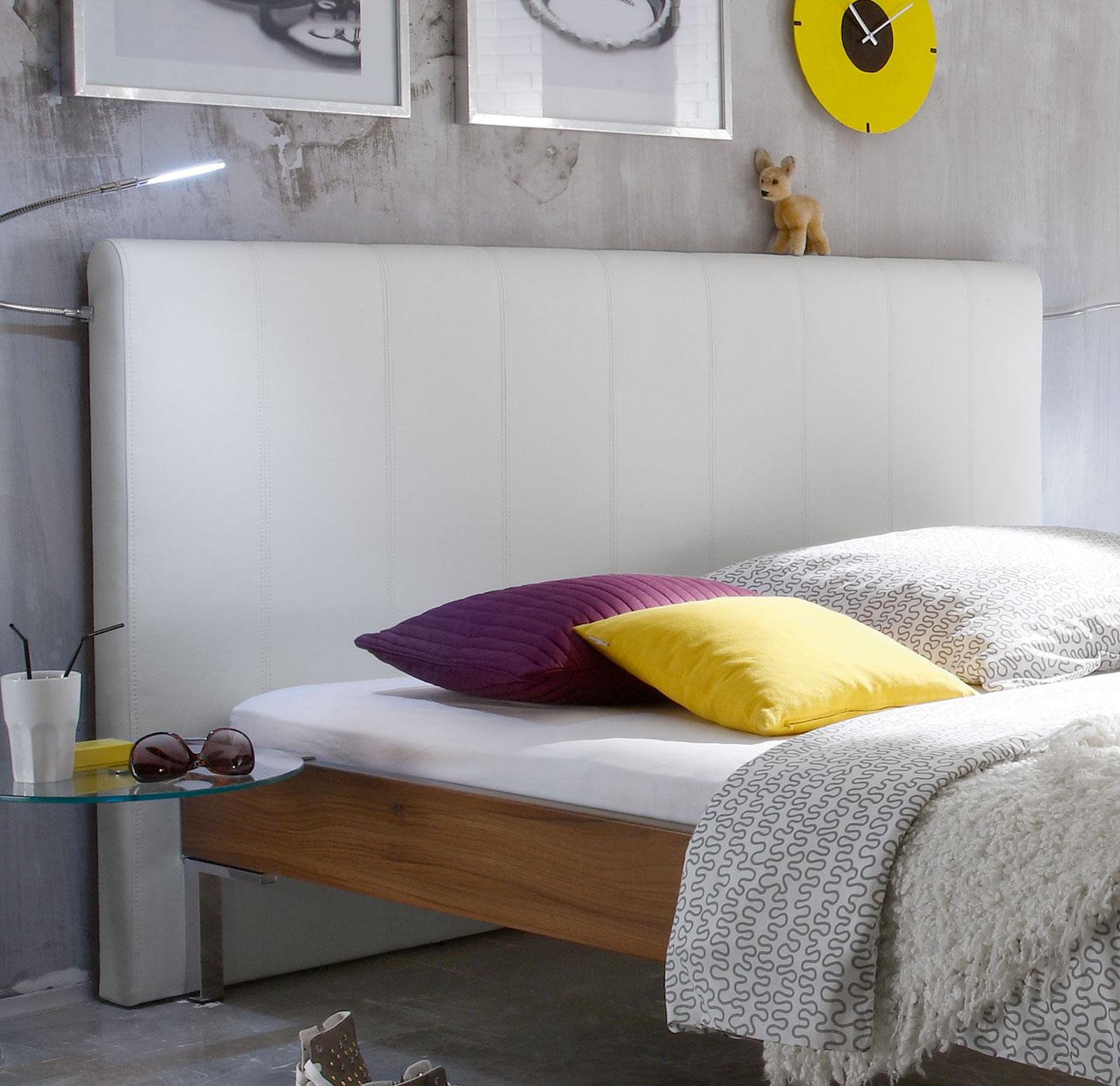bett mit hohem wandpaneel z b f r lofts anera. Black Bedroom Furniture Sets. Home Design Ideas