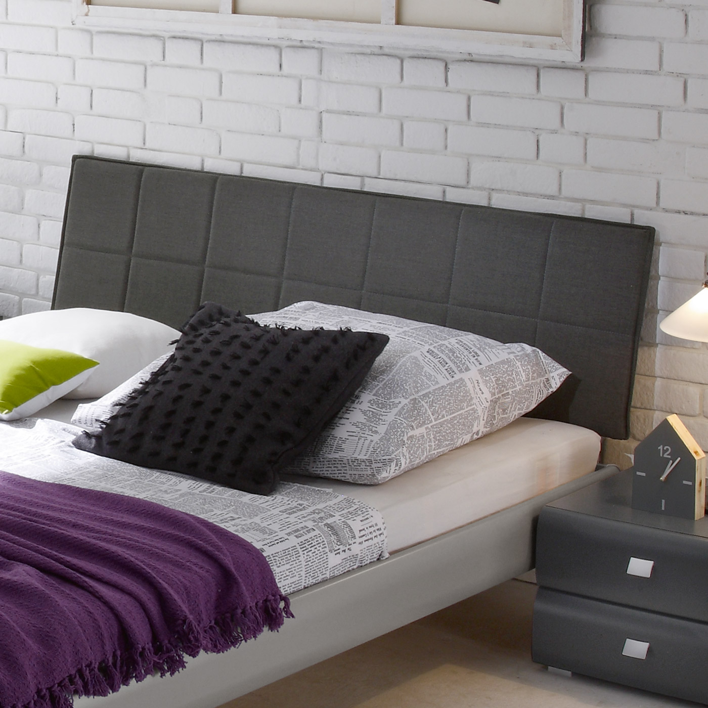 modernes bettgestell mit kopfteil aus verstepptem velours bamako. Black Bedroom Furniture Sets. Home Design Ideas