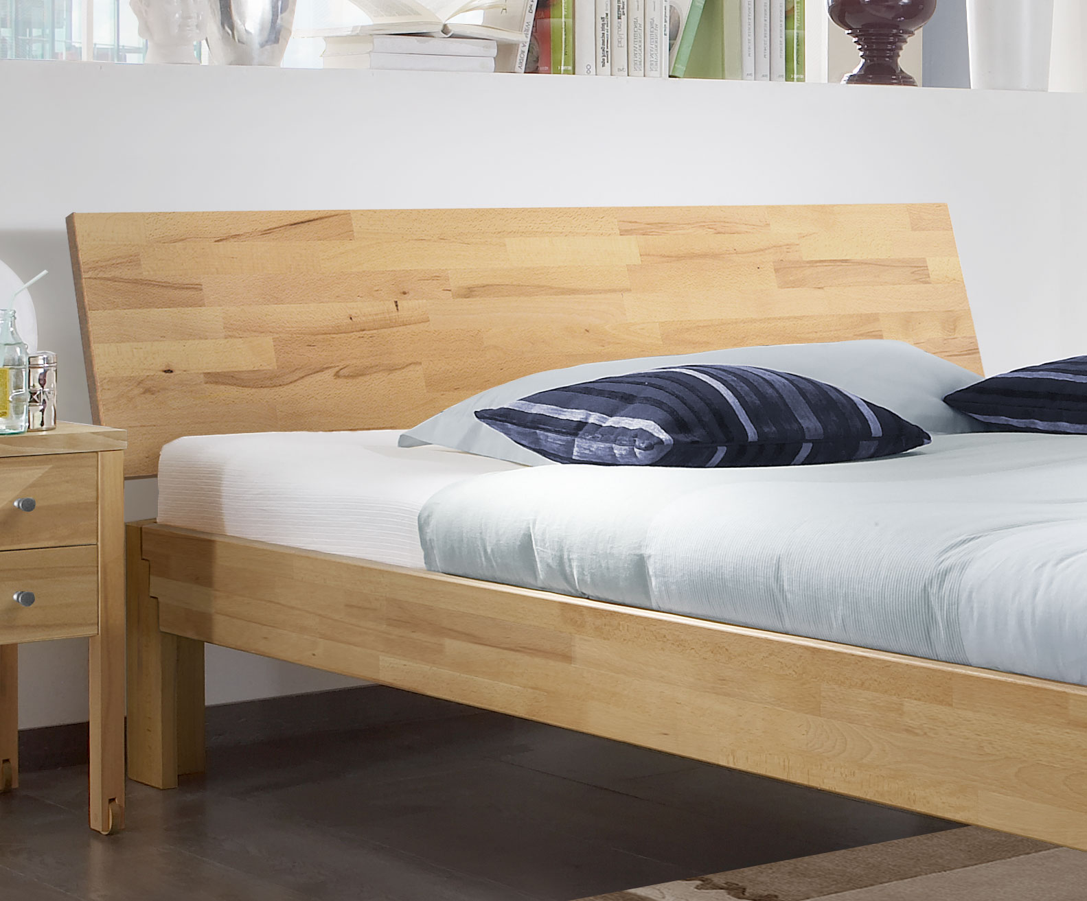 holzbett mit r ckenlehne aus kernbuche in 140x200 cm jura. Black Bedroom Furniture Sets. Home Design Ideas
