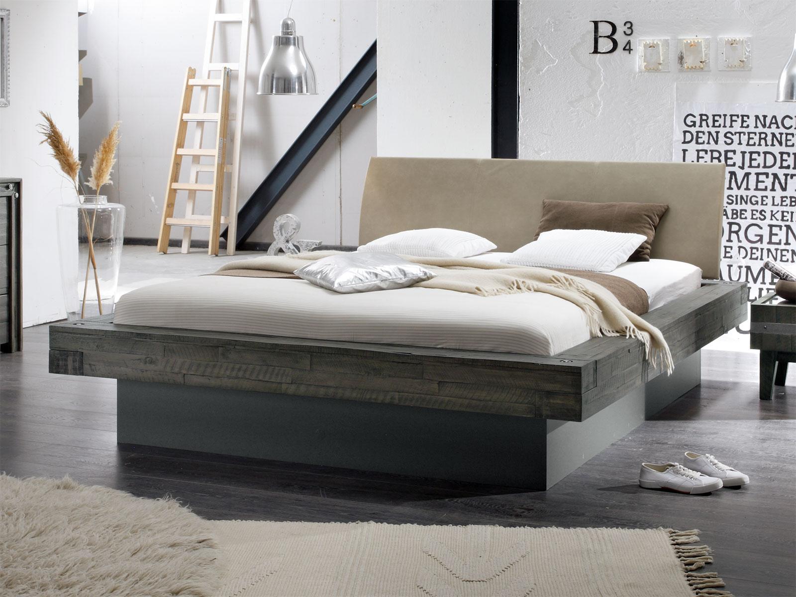 Massivholzbett in Balkenoptik mit Sockel und Bettkasten - Romero