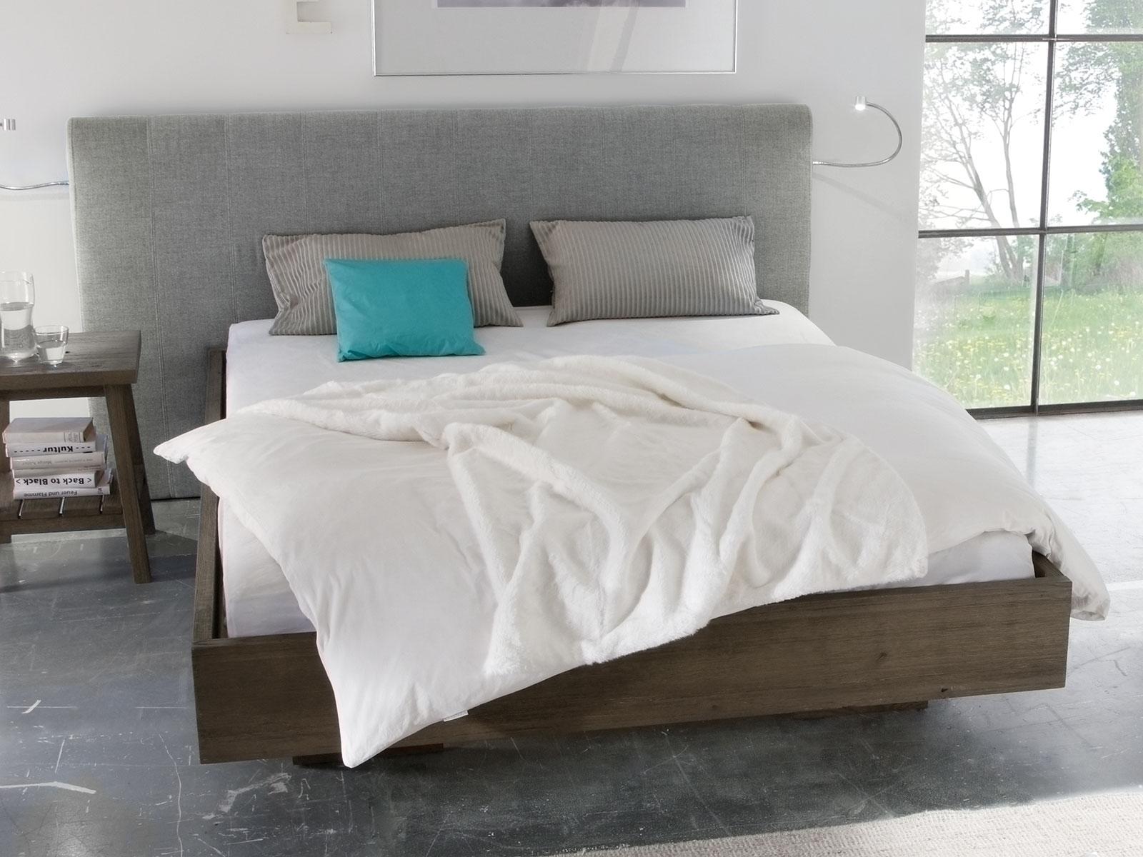 Schwebendes Bett aus Wildeiche mit grauem Wandpaneel - Timaru