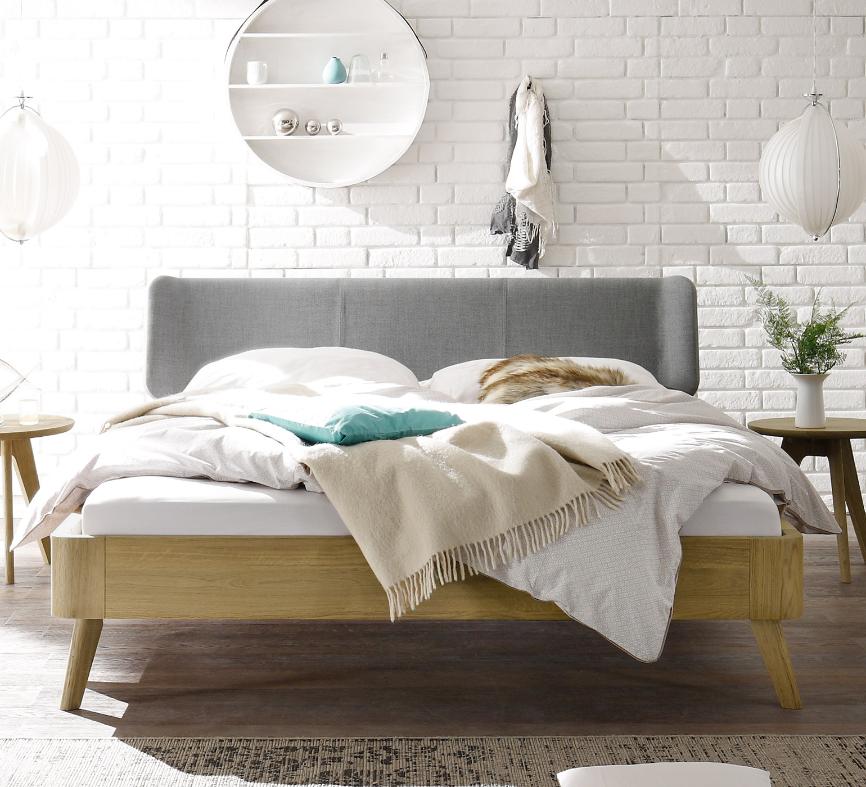 eichenbett mit ohrensessel kopfteil im retrodesign rakaia. Black Bedroom Furniture Sets. Home Design Ideas
