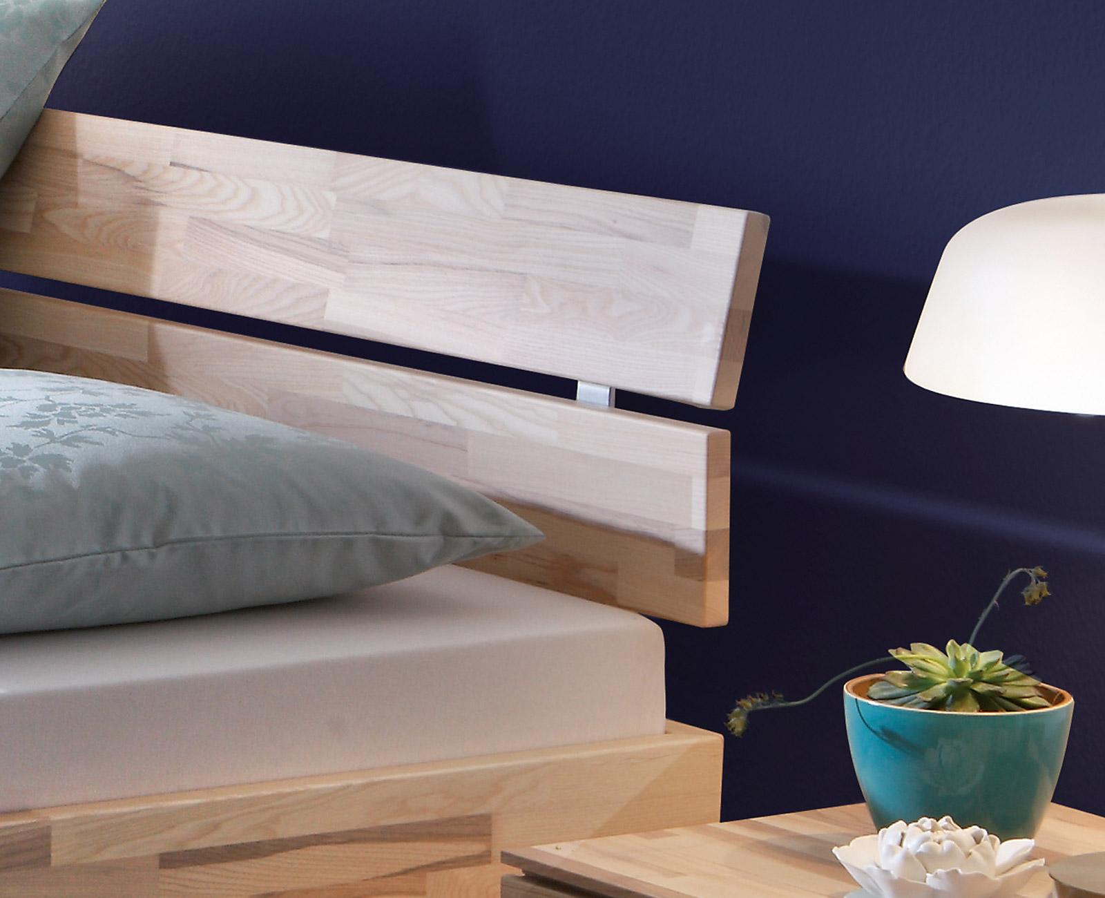 Sockelbett aus heller Kernesche mit Bettkasten - Partido