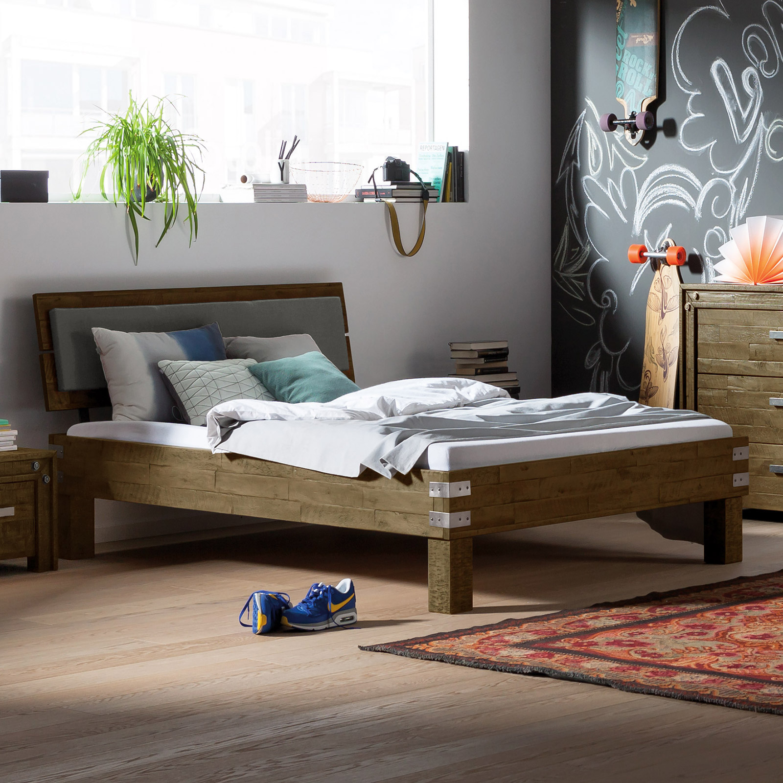 jugendbett aus akazie im industrial style felipe. Black Bedroom Furniture Sets. Home Design Ideas
