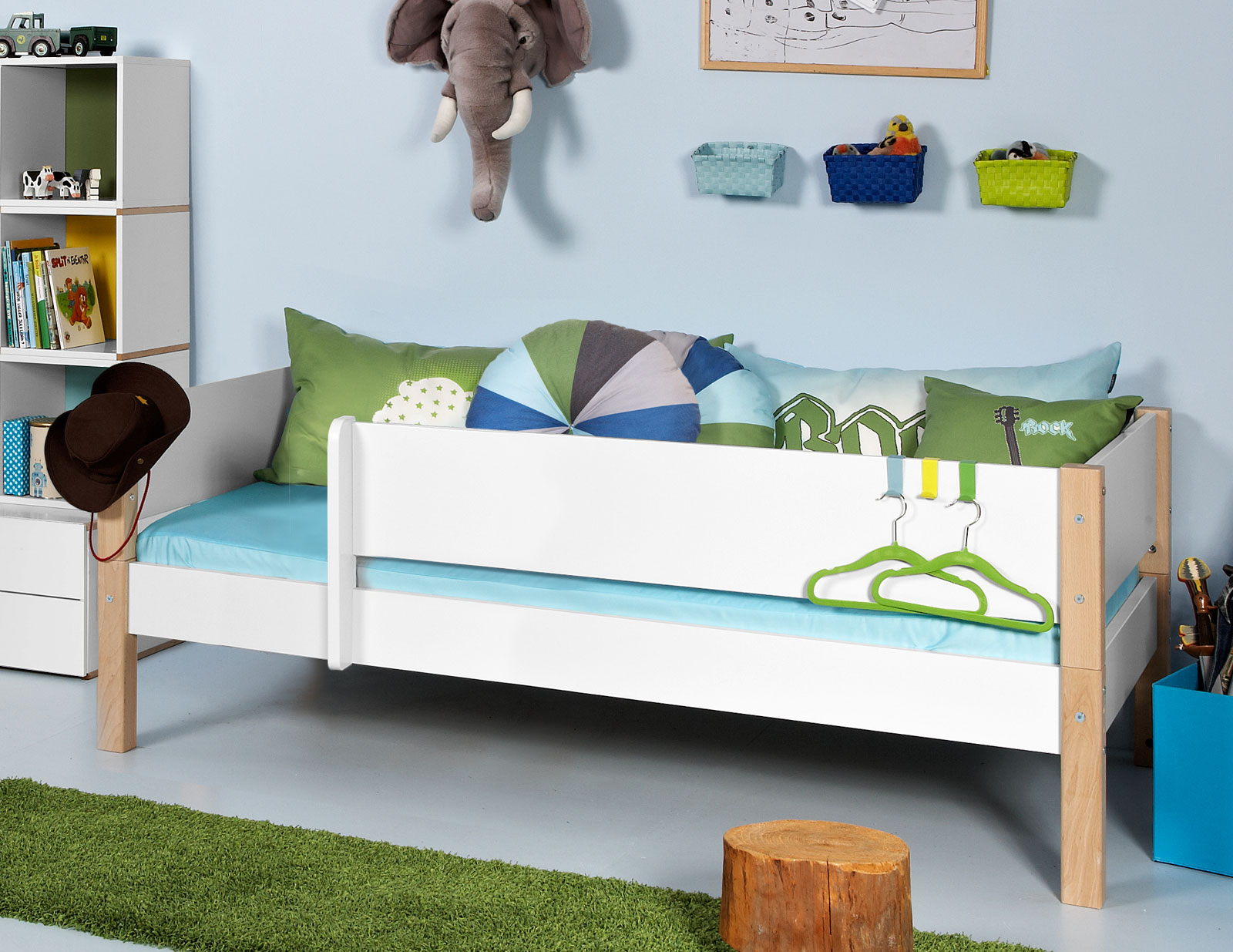 kinderbett inkl absturzsicherung und lattenrost kids town. Black Bedroom Furniture Sets. Home Design Ideas