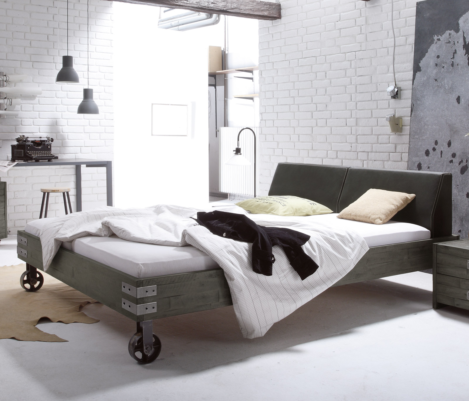 massivholzbett mit rollen im industrial design tornio. Black Bedroom Furniture Sets. Home Design Ideas
