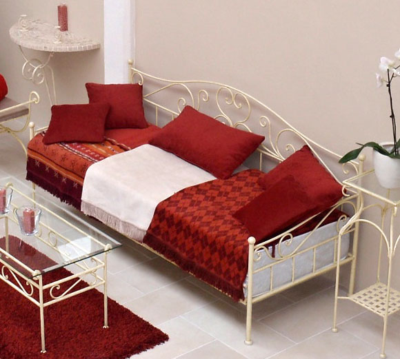 ausziehbares tagesbett handgeschmiedet wei gora. Black Bedroom Furniture Sets. Home Design Ideas
