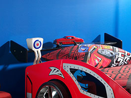 Autobett Hero rot mit Heckspoiler als Nachttisch
