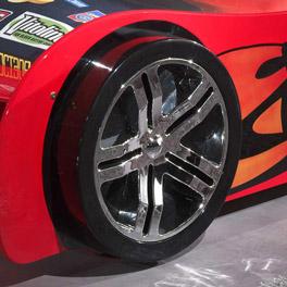 Stabiles Autobett Tuning rot mit feststehenden Reifen