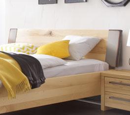 Bett Dondo mit Stahlkappen am Kopfteil