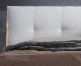 Bett Faro mit weißem Kunstleder-Kopfteil