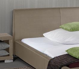 Bequemes Bett Firenze mit leicht gebogenem Kopfteil