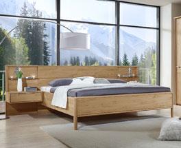 Bett Fria aus lackiertem Massivholz in Komforthöhe