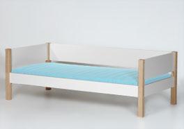 Bett Kids Town mit Bettpfosten aus Massivholz