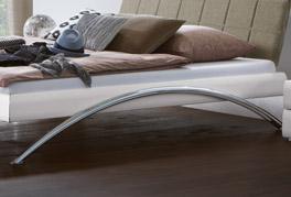 Bett Markala mit verchromten Metallkufen