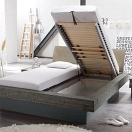 massivholzbett in balkenoptik mit sockel und bettkasten romero. Black Bedroom Furniture Sets. Home Design Ideas