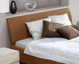 Bequemes Bett Serpa mit geneigtem Kopfteil