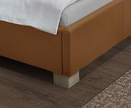 Bett Serpa mit Block-Füßen aus Massivholz