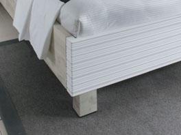 Bett Soana in Weiss mit stabilen Blockfuessen