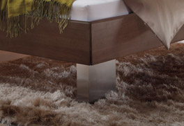 Der Bettfuß aus gebürstetem Edelstahl vom Massivholzbett Nuno
