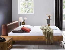 Bett aus Wildeiche mit rustikalem Leder-Kopfteil