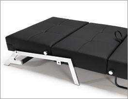 Die Couch Dowing bietet dank Verstellung Liegefläche für Übernachtungen