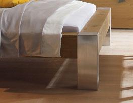 Echtholzbett mit gebürsteten Metallfüße