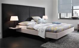 Fortin ist ein aus Kernbuche bestehendes Holzbett mit grossem Wandpaneel