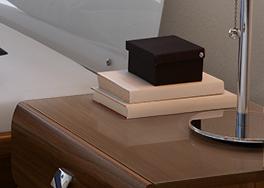 Nachttisch mit Glasplatte zum Auflegen als Schutz
