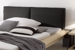 Holzbett Gavia mit Kopfteil mit gewebten Leinen