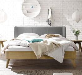 Stilvolles und schlichtes Holzbett Rakaia
