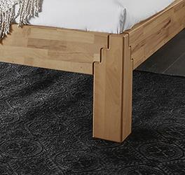 Stabile Füße tragen das Bett und haben eine stufenförmige Verbindung zum Rahmen