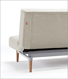 Klappsofa Torey mit bezogener Rückseite und Füßen aus Holz/Metall
