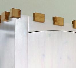 Kleiderschrank Ritterburg aus weiß lasierter Kiefer