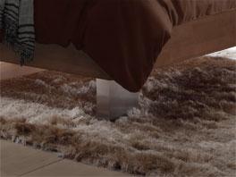 Massivholzbett Cameron mit Bettbeinen aus gebürstetem Edelstahl