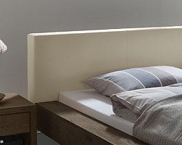 Massives Holzbett Mataro mit Kopfteil in Beige