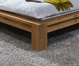 Massivholzliege Alento mit stabilen Bettfüßen aus Wildeichenholz