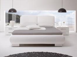 Das Polsterbett Pilar aus Kunstleder mit verchromten Metallfüßen