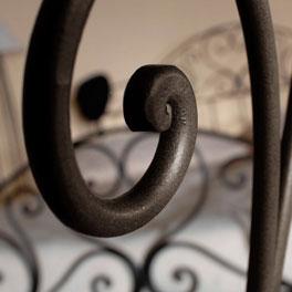 Schminktisch Loria mit romantischen Ornamenten aus Metall