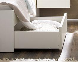Schubkasten mit stabilen Rollen vom Schubkasten-Bett Mocuba