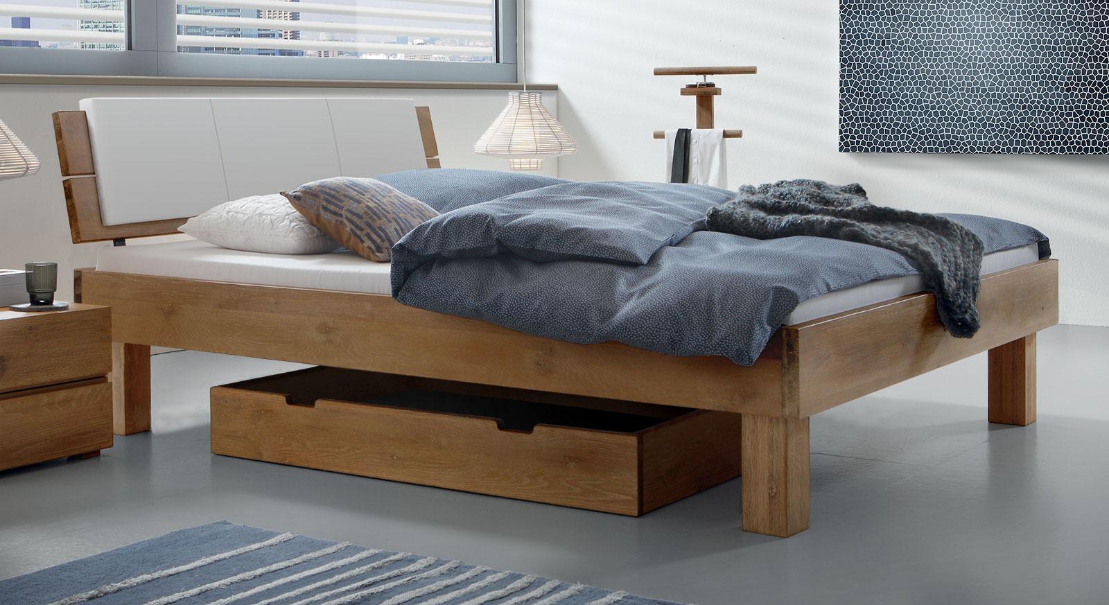 Doppelbett Soria mit 25cm hohen Bettbeinen in naturfarben.