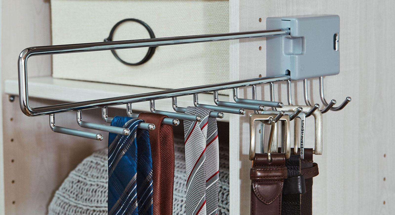 Praktischer Auszug um Gürtel und Krawatten aufzuhängen