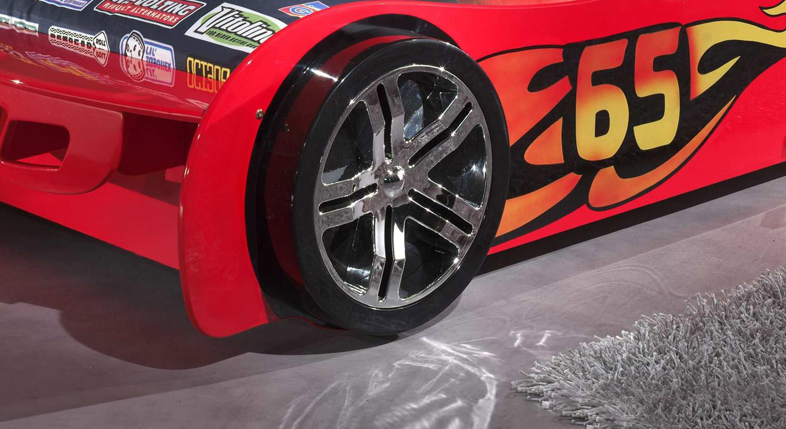 Autobett Tuning rot mit Alufelgen-Nachbildung an den Reifen