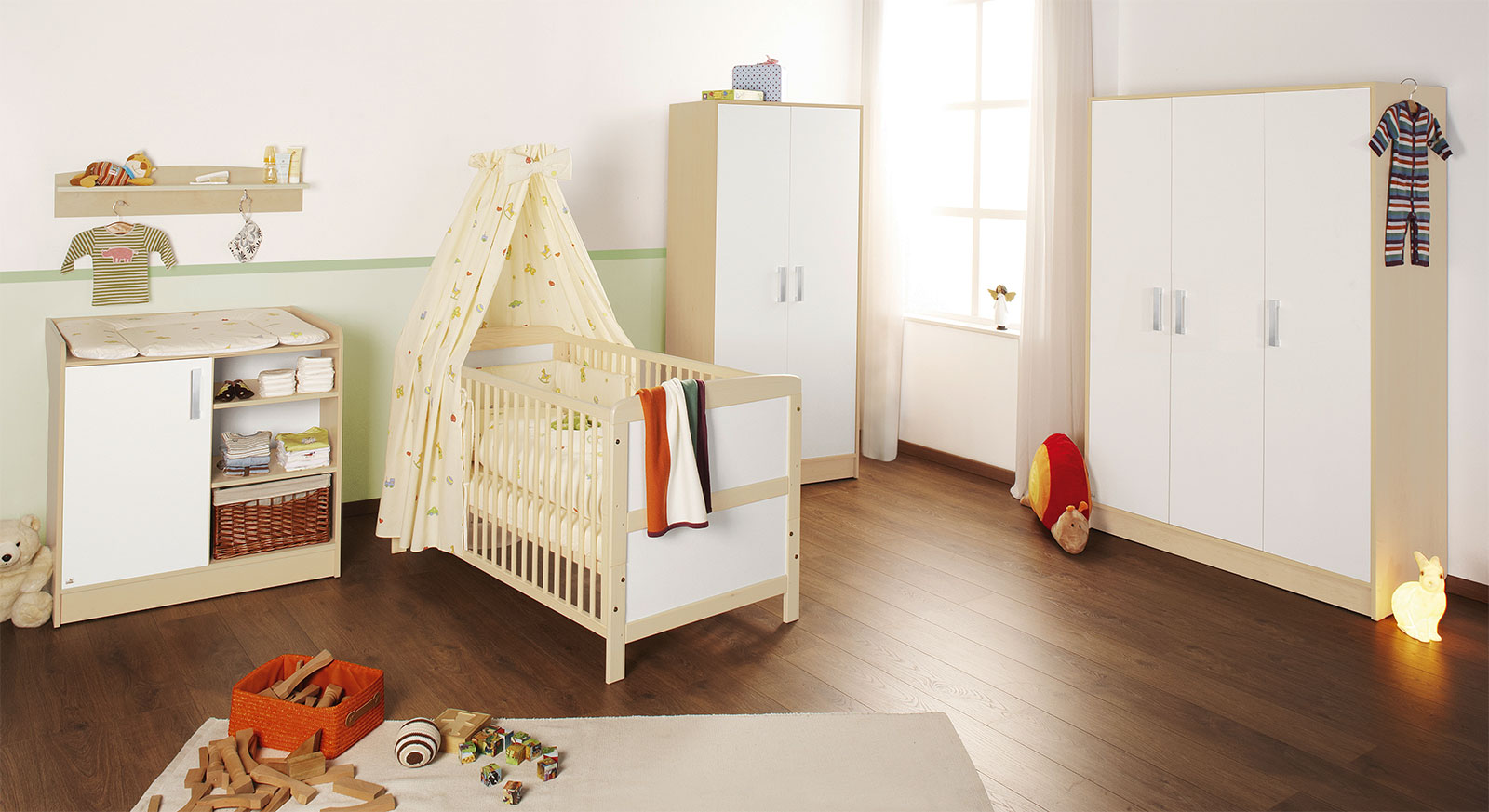 Babyzimmer Florian in unifarbenem Ahorn-Dekor