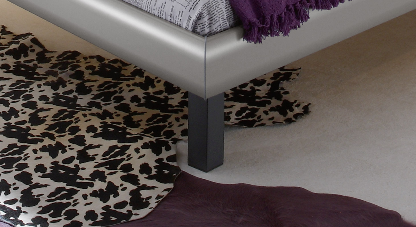 Bett Bamako mit Bettbeinen aus anthrazitfarbenem Metall