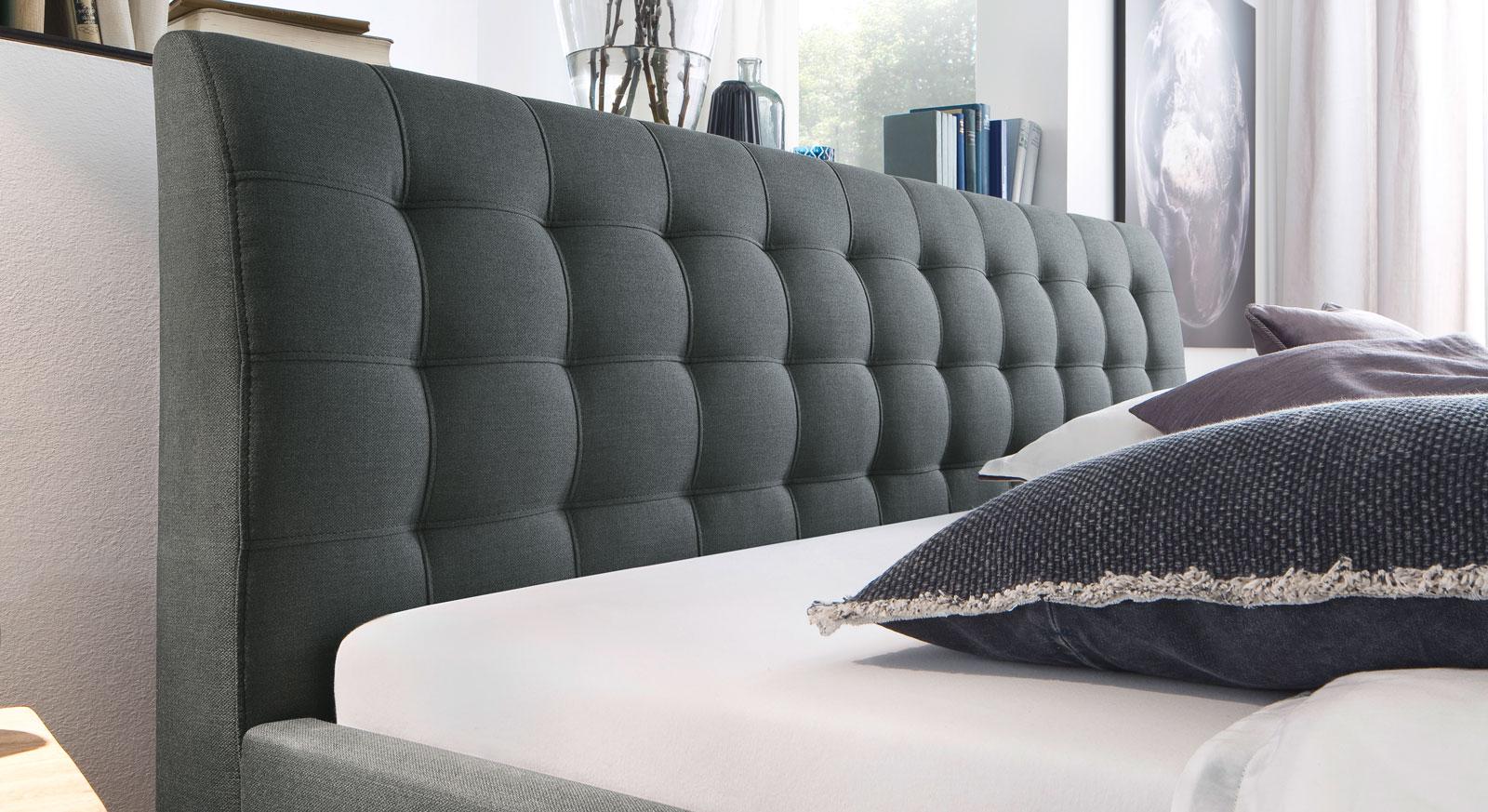 stoffbett im 50er jahre retrolook mit eichenf en batana. Black Bedroom Furniture Sets. Home Design Ideas