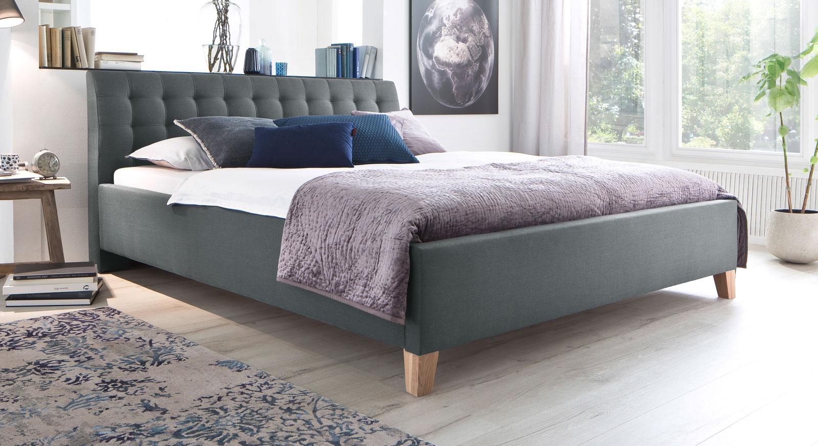 stoffbett 50er jahre retrolook mit eichefarbigen f en. Black Bedroom Furniture Sets. Home Design Ideas