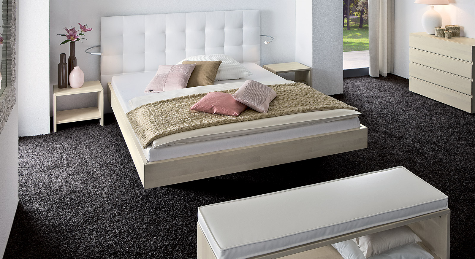 massivholzbett mit wandpaneel als hohes kopfteil bianco. Black Bedroom Furniture Sets. Home Design Ideas